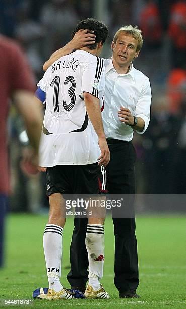 FIFA WM 2006 Halbfinale Deutschland Italien 02 nach Verlaengerung Dortmund Bundestrainer Jürgen Klinsmann tröstet nach der Niederlage...