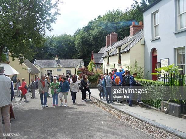 Nachgebaute Dorfstraße mit Besuchern aufgenommen im Folklore Freilichtmuseum bei Bunratty Castle am 21 Juli 2015