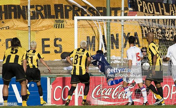 Nacional goalkeeper Alexis Viera fails to catch the ball allowing Pearol's Antonio Pacheco to score with a free kick during the Uruguayan first...