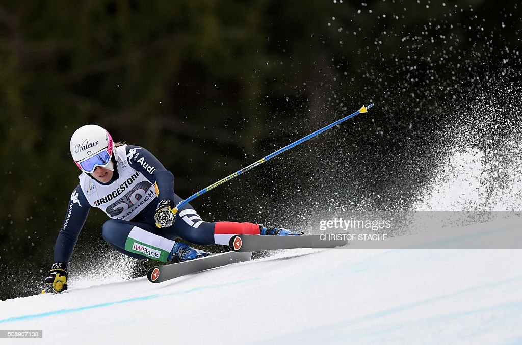 Nadia Fanchini from Italy races down the hill during the Ladies Super G competition race at the FIS Alpine Skiing World Cup in Garmisch-Partenkirchen, southern Germany, on February 7, 2016. Lara Gut from Switzerland won the competition, Viktoria Rebensburg from Germany placed second and Lindsey Vonn from USA placed third. / AFP / Christof STACHE