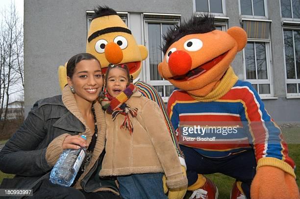 Nadja Benaissa mit Tochter Leila Jamila dahinter Bert Ernie ARDKinderserie 30 Geburtstag der Sesamstrasse 'Tresor TV' München Wasserflasche Schal
