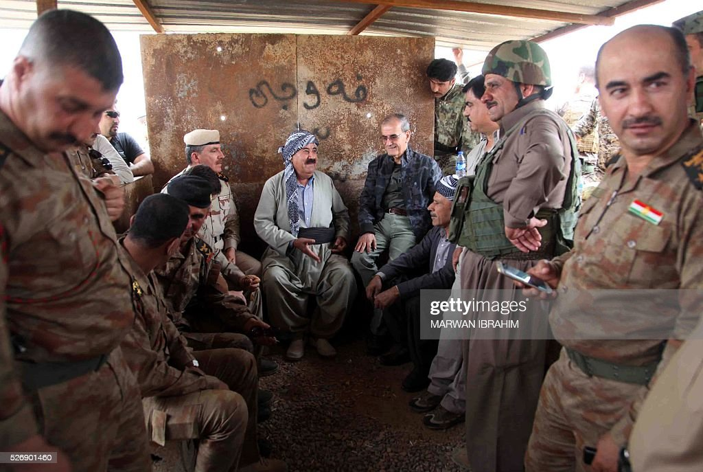 Najmaldin Karim (C-R), the governor of Kirkuk governorate, visits Kurdish and Turkmen Shiite forces on the front line some 35 kilometres south of Kirkuk after they recaptured the northern Iraqi town of Bashir from the Islamic State (IS) group on May 1, 2016. / AFP / Marwan IBRAHIM