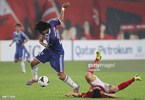 Nakazawa Yuji of Yokohama F Marinos competes the ball with Elkeson de Oliveira Cardoso of Guangzhou Evergrande during the AFC Asian Champions League...