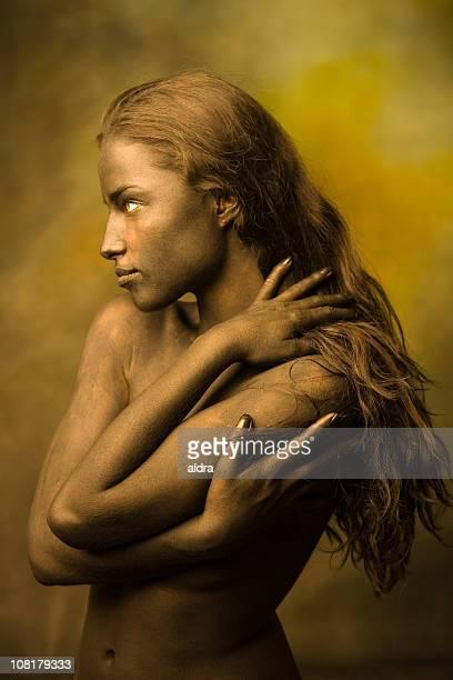 Corps nu belle jeune femme avec les cheveux longs posant