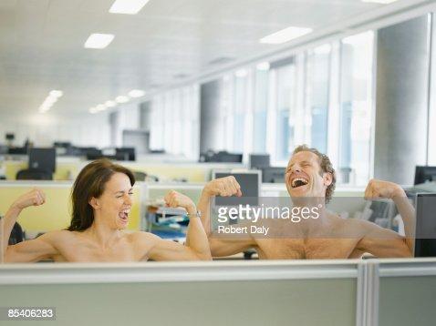 Naked los empresarios en oficina flexionar los músculos
