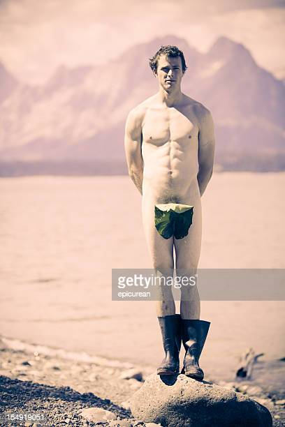 Nackt Mann, die sich selbst mit einem Blatt