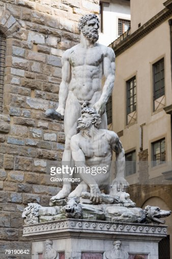Naked statues in front of a brick wall, Hercules and Caco, Piazza della Signoria, Florence, Italy : Foto de stock