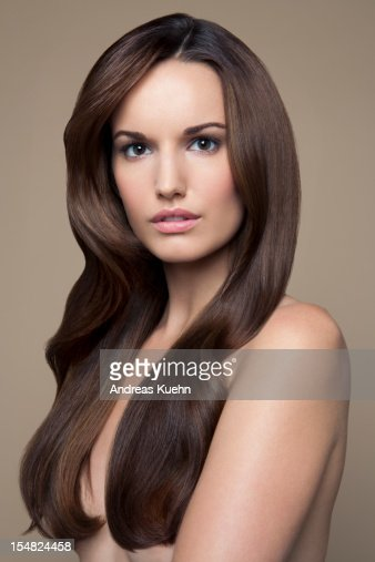Naked young woman with long brown hair, portrait. : Foto de stock