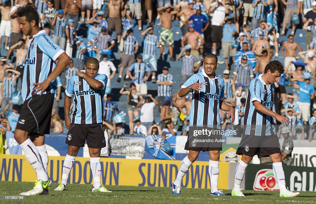 Naldo,Pico,Leo Gago and Elano of Gremio react during a match between Gremio and Internacional as part of the Brasilian Championship Serie A at Olimpico Stadium on December 02, 2012 in Porto Alegre, Brazil.