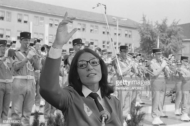 Nana Mouskouri en uniforme est allée chanter devant les troupes françaises à BerlinOuest Allemagne le 14 juillet 1982
