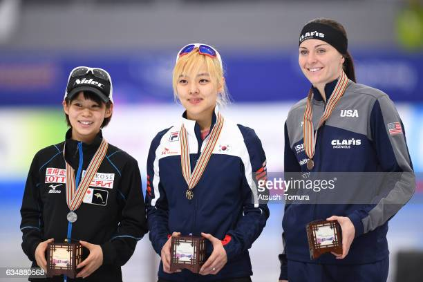 Nana Takagi of Japan BoReum Kim of South Korea and Heather Bergsma of the USA pose with their medals for the ladies mass start during the ISU World...