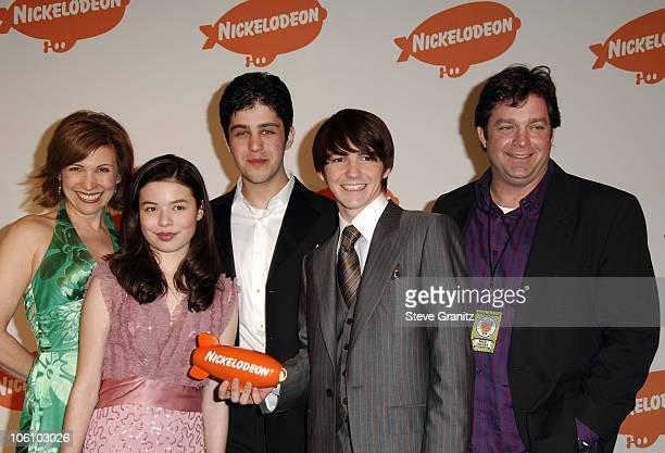 Nancy Sullivan Miranda Cosgrove Josh Peck Drake Bell and Jonathan Goldstein winners of Favorite TV Show for 'Drake Josh'