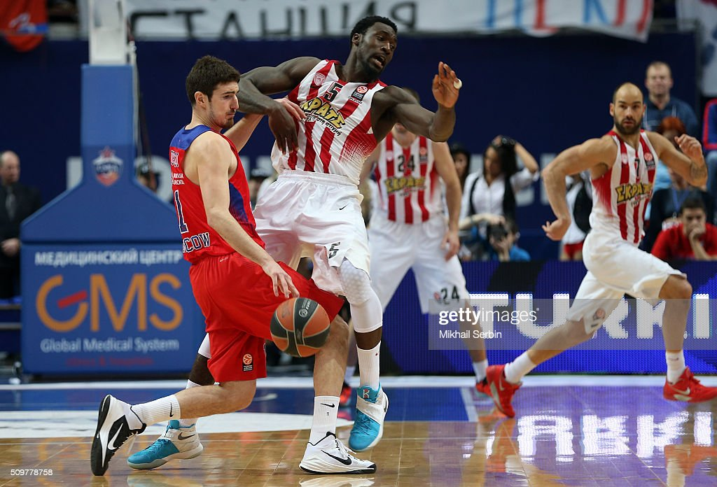 <a gi-track='captionPersonalityLinkClicked' href=/galleries/search?phrase=Nando+De+Colo&family=editorial&specificpeople=4689603 ng-click='$event.stopPropagation()'>Nando De Colo</a>, #1 of CSKA Moscow competes with <a gi-track='captionPersonalityLinkClicked' href=/galleries/search?phrase=Othello+Hunter&family=editorial&specificpeople=4100810 ng-click='$event.stopPropagation()'>Othello Hunter</a>, #5 of Olympiacos Piraeus in action during the Turkish Airlines Euroleague Basketball Top 16 Round 7 game between CSKA Moscow v Olympiacos Piraeus at Megasport Arena on February 12, 2016 in Moscow, Russia.