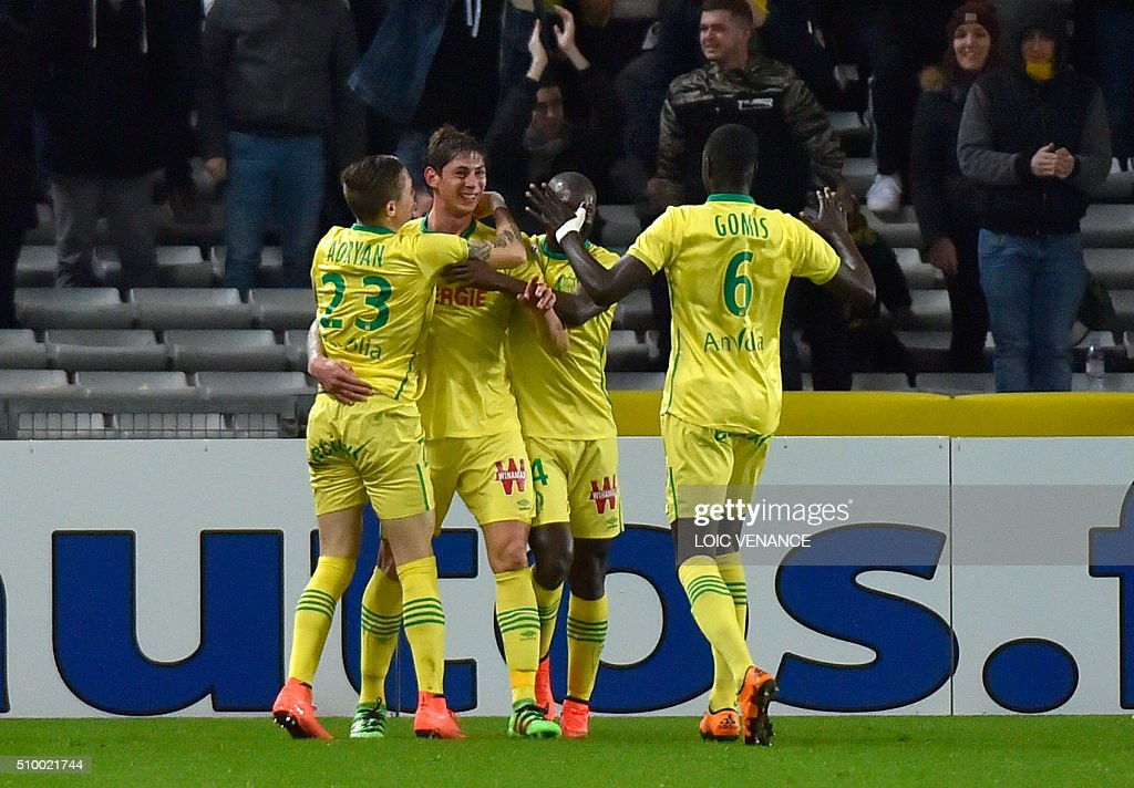 Nantes' Argentinian forward Emiliano Sala (2ndL) celebrates after scoring a goal during the French L1 football match Nantes vs Lorient, at the la Beaujoire stadium in Nantes, western France, on February 13, 2016. AFP PHOTO / LOIC VENANCE / AFP / LOIC VENANCE