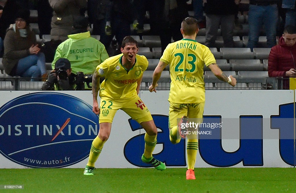 Nantes' Argentinian forward Emiliano Sala (L) celebrates after scoring a goal during the French L1 football match Nantes vs Lorient, at the la Beaujoire stadium in Nantes, western France, on February 13, 2016. AFP PHOTO / LOIC VENANCE / AFP / LOIC VENANCE