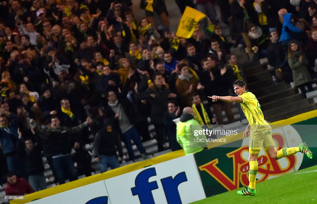 Nantes' Argentinian forward Emiliano Sala (R) celebrates after scoring a goal during the French L1 football match between Nantes (FCN) and Lorient (FCL) at La Beaujoire Stadium in Nantes, western France, on February 13, 2016. AFP PHOTO / LOIC VENANCE / AFP / LOIC VENANCE