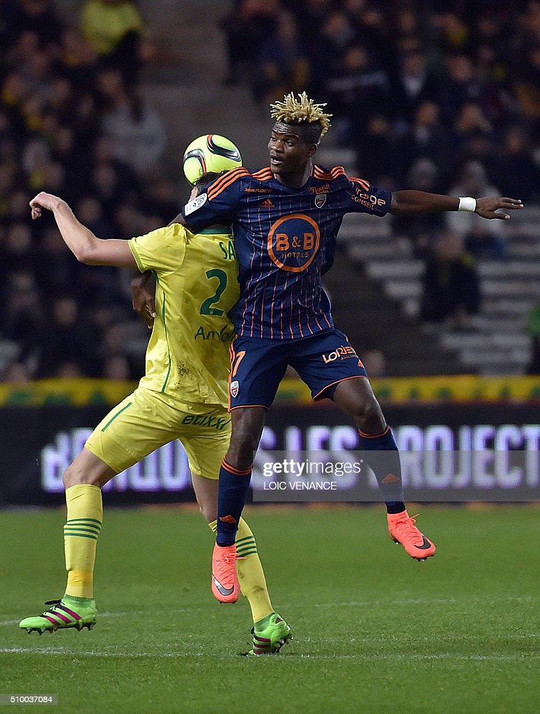 Nantes' Argentinian forward Emiliano Sala (L) vies for the ball with Lorient's Gabonese midfielder Didier Ndong during the French L1 football match between Nantes (FCN) and Lorient (FCL) at La Beaujoire Stadium in Nantes, western France, on February 13, 2016. AFP PHOTO / LOIC VENANCE / AFP / LOIC VENANCE