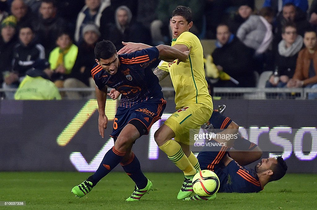 Nantes' Argentinian forward Emiliano Sala (C) vies with Lorient's French defender Lindsay Rose during the French L1 football match between Nantes (FCN) and Lorient (FCL) at La Beaujoire Stadium in Nantes, western France, on February 13, 2016. AFP PHOTO / LOIC VENANCE / AFP / LOIC VENANCE