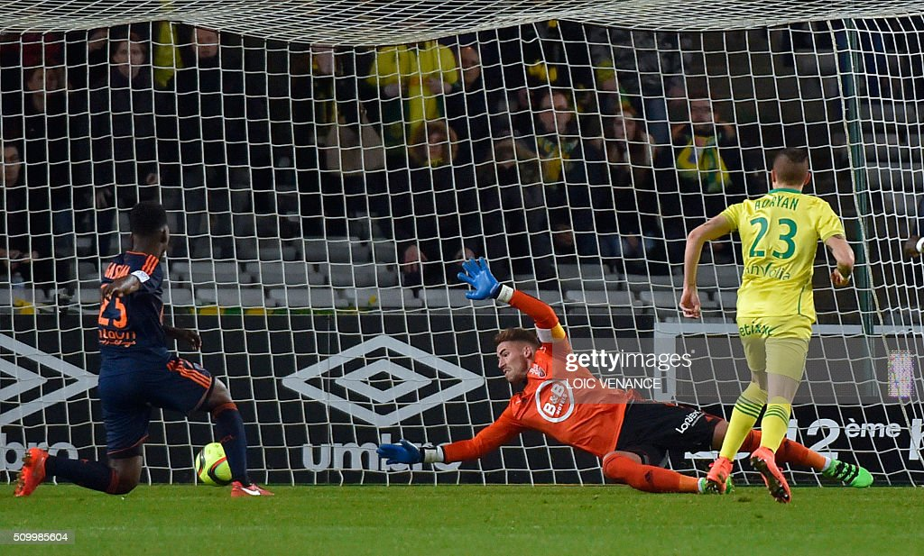 Nantes' Brazilian midfielder Adryan Oliveira Tavares (R) scores during the French L1 football match Nantes vs Lorient, at the la Beaujoire stadium in Nantes, western France, on February 13, 2016. AFP PHOTO / LOIC VENANCE / AFP / LOIC VENANCE