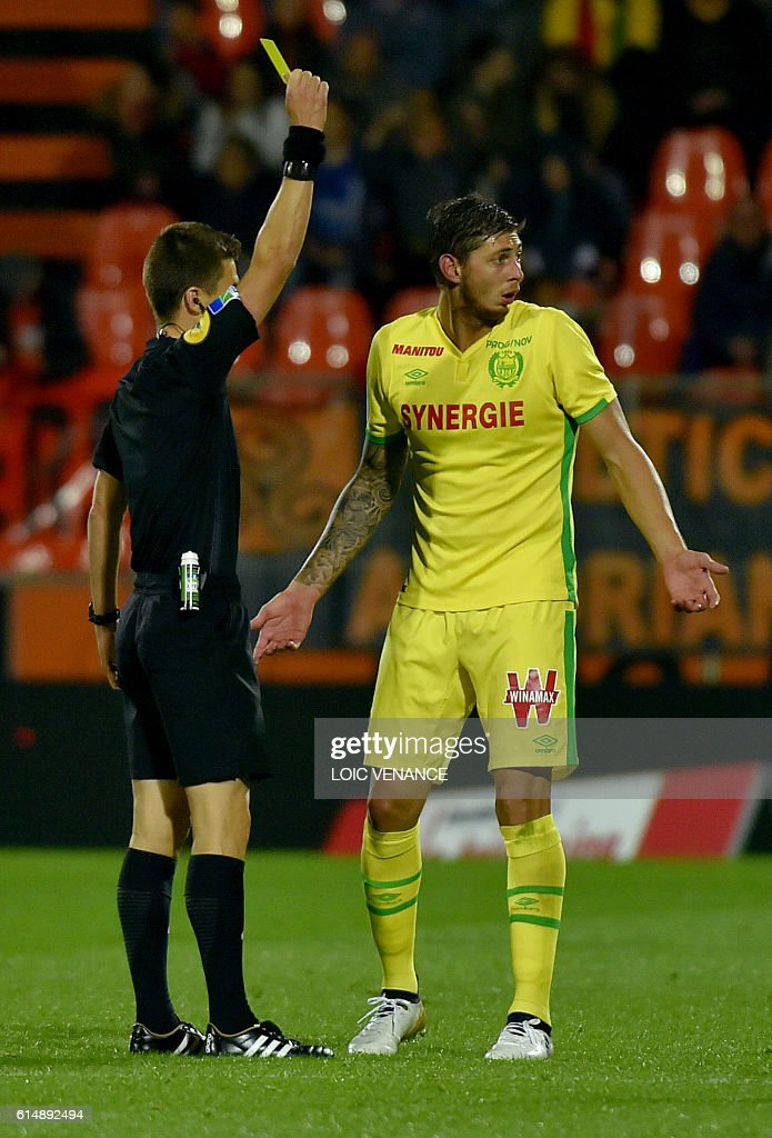 Nantes' forward Emiliano Sala receives a yellow card by French referee Benoit Bastien during the French L1 football match Lorient vs Nantes, at the Moustoir Stadium in Lorient, western France, on October 15, 2016. / AFP / LOIC