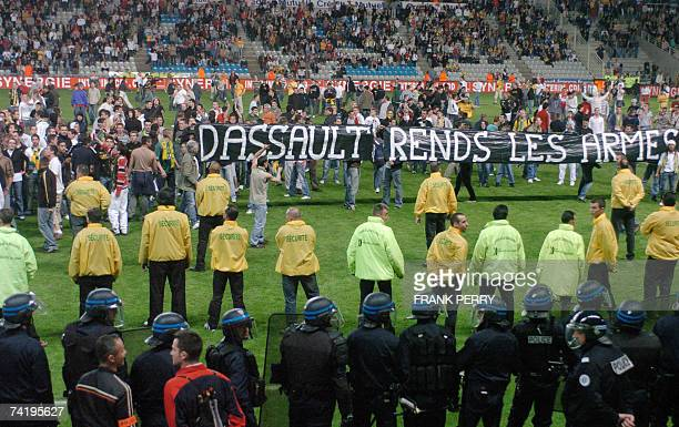 Nantes's supporters hold banners as they protest against the team leaders after the French L1 football match Nantes vs Toulouse 19 May 2007 at La...