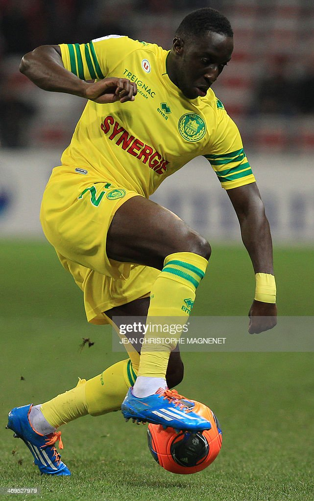 Nantes' French defender Issa Cissokho runs with the ball during the French L1 football match between OGC Nice (OGCN) and FC Nantes (FCN) on February 15, 2014, at the Allianz Riviera stadium, in Nice, southeastern France.
