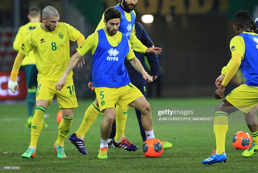 Nantes' French defender Olivier Veigneau (C) warms up with teammates prior to the French L1 football match between OGC Nice (OGCN) and FC Nantes (FCN) on February 15, 2014, at the Allianz Riviera stadium, in Nice, southeastern France.