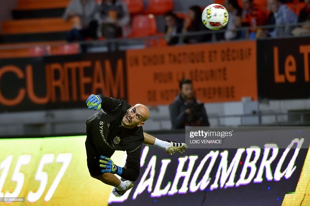 Nantes' French goalkeeper Remy Riou warms up prior to the French L1 football match between Lorient and Nantes on October 15, 2016 at the Moustoir Stadium in Lorient, western France. / AFP / LOIC