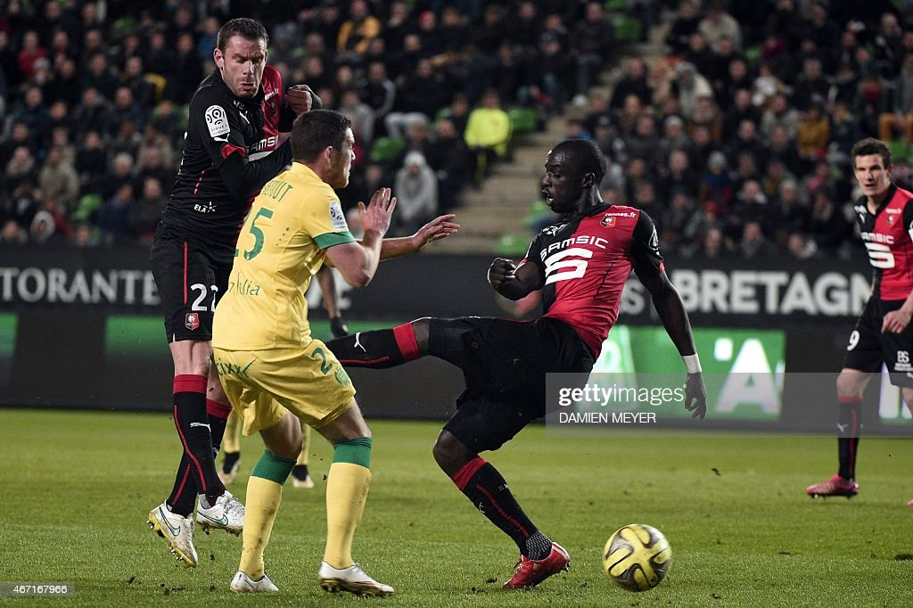 Nantes' French midfielder Jordan Veretout (2ndL) vies with Rennes' French Senegalese defender Cheik Mbengue (2ndR) during the French L1 football match Rennes against Nantes on March 21, 2015 at the route de Lorient stadium in Rennes, western France.