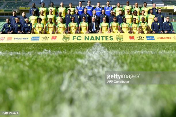 Nantes' Italian head coach Claudio Ranieri poses with players and staff members during the official presentation of the team on September 18 2017 in...