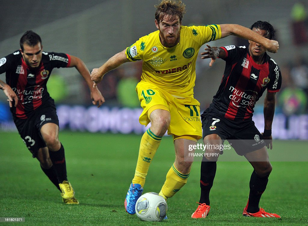 Nantes' Venezuelian-Spanish forward Fernando Aristeguieta (C) vies with Nice's French midfielder Fabrice Abriel (R) and Nice's French forward Alexy Bosetti (L) during the French L1 football match Nantes against Nice on September 25, 2013 in La Beaujoire stadium in Nantes, western France.