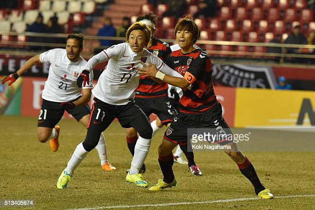 Naoki Ishihara of Urawa Red Diamonds and Hwang Jisoo of Pohang Steelers wait for a corner kick during the AFC Champion League Group H match between...