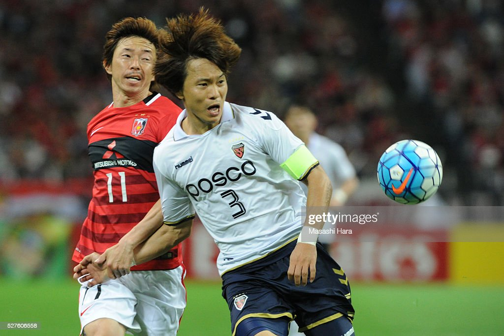<a gi-track='captionPersonalityLinkClicked' href=/galleries/search?phrase=Naoki+Ishihara&family=editorial&specificpeople=6849862 ng-click='$event.stopPropagation()'>Naoki Ishihara</a> #11 of Urawa Red Diamonds and Kim Kwangsuk #3 of Pohang Steelers compete for the ball during the AFC Champions League Group H match between Urawa Red Diamonds and Pohang Steelers at the Saitama Stadium on May 3, 2016 in Saitama, Japan.