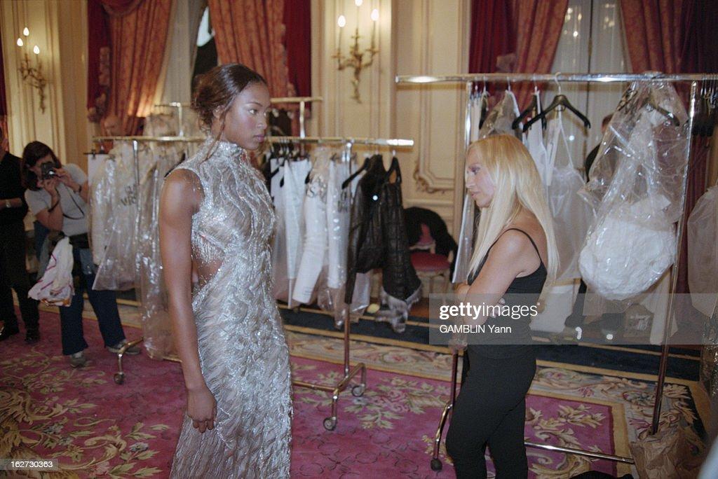 Naomi Campbell In Paris To Present The Collections FallWinter 19981999 A Paris en juillet 1998 dans un salon de l'Hôtel Ritz Donatella VERSACE...