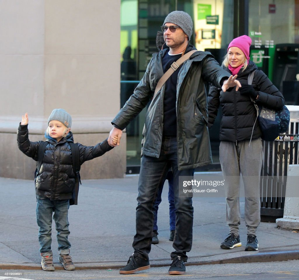 <a gi-track='captionPersonalityLinkClicked' href=/galleries/search?phrase=Naomi+Watts&family=editorial&specificpeople=171723 ng-click='$event.stopPropagation()'>Naomi Watts</a> and <a gi-track='captionPersonalityLinkClicked' href=/galleries/search?phrase=Liev+Schreiber&family=editorial&specificpeople=203259 ng-click='$event.stopPropagation()'>Liev Schreiber</a> hail a taxi with their sons, Sasha Schreiber and Sammy Schreiber on November 25, 2013 in New York City.