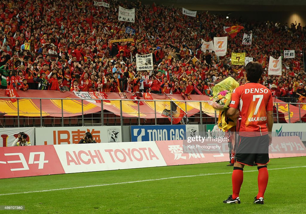 Naoshi Nakamura of Nagoya Grampus applauds the supporters as he retires after the JLeague match between Nagoya Grampus and Omiya Ardija at Toyota...