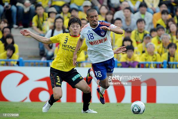 Naoya Kondo of Kashiwa Reysol and Kengo Kawamata of Albirex Nigata compete for the ball during JLeague match between Kashiwa Reysol and Albirex...
