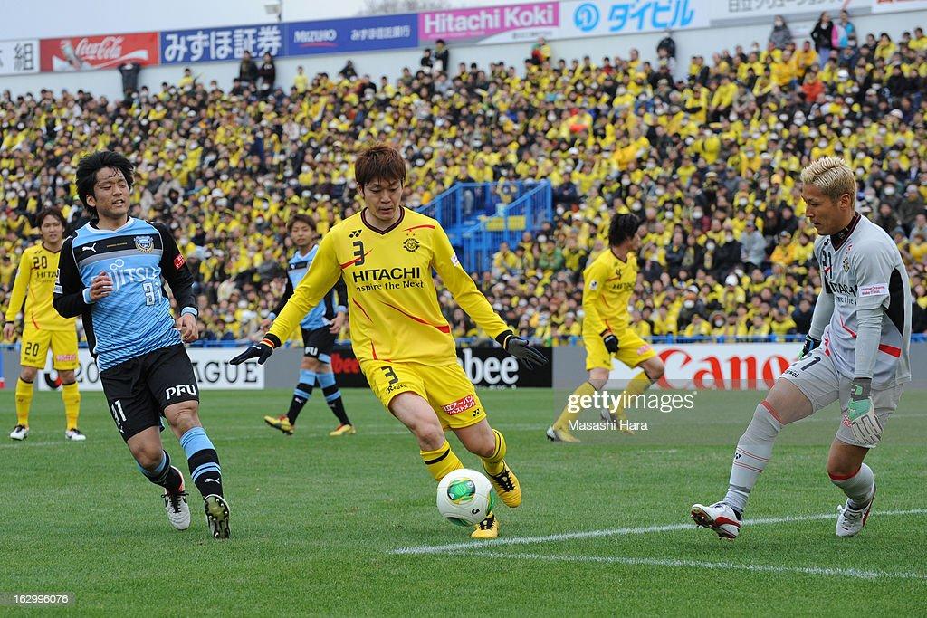 Naoya Kondo #3 of Kashiwa Reysol (2R) in action during the J.League match between Kashiwa Reysol and Kawasaki Frontale at Hitachi Kashiwa Soccer Stadium on March 3, 2013 in Kashiwa, Japan.