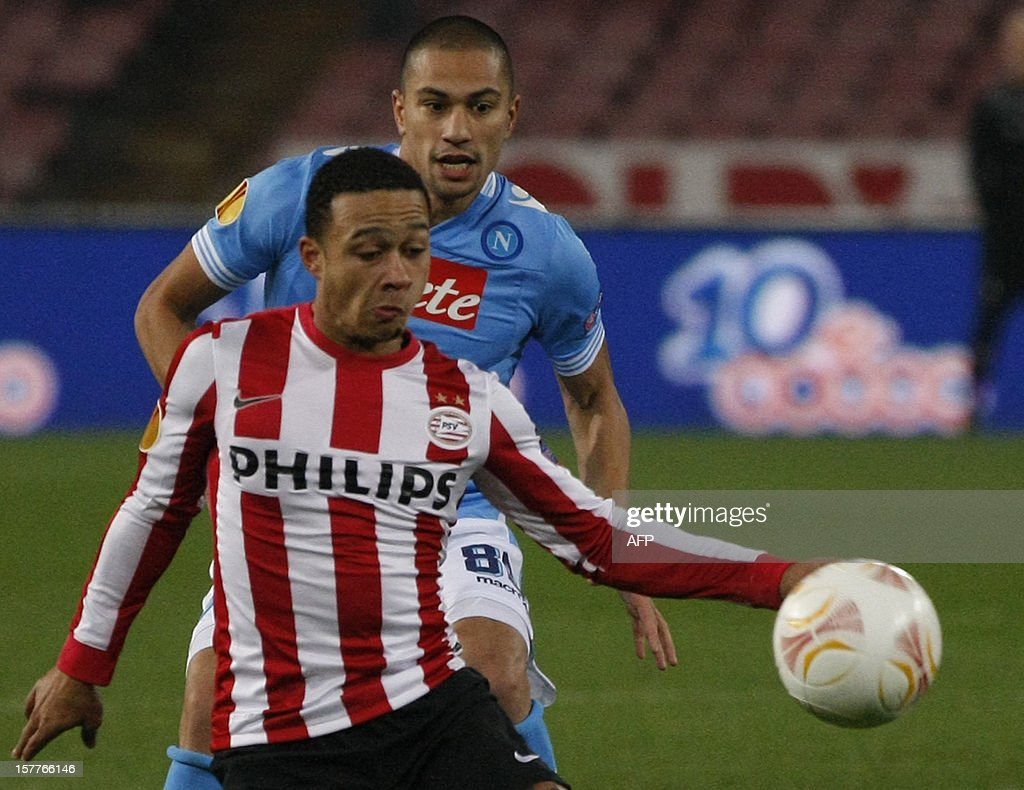 Napoli's Swiss midfielder Gokhan Inler (Back) fights for the ball with PSV Dutch forward Menphis Depay during the UEFA Europa league Group F football match SSC Napoli vs PSV Eindhoven on December 6, 2012 in San Paolo Stadium in Napoli.