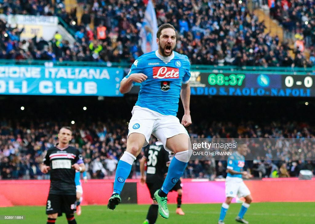 Napoli's Argentinian-French forward Gonzalo Higuain celebrates after scoring during the Italian Serie A football match SSC Napoli vs Carpi FC on February 7, 2016 at the San Paolo stadium in Naples. / AFP / CARLO HERMANN