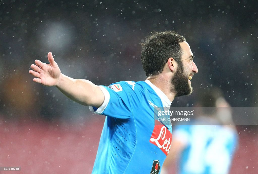 Napoli's Argentinian-French forward Gonzalo Higuain celebrates after scoring during the Italian Serie A football match between SSC Napoli and Atalanta BC at San Paolo stadium in Naples on May 2, 2016. / AFP / CARLO