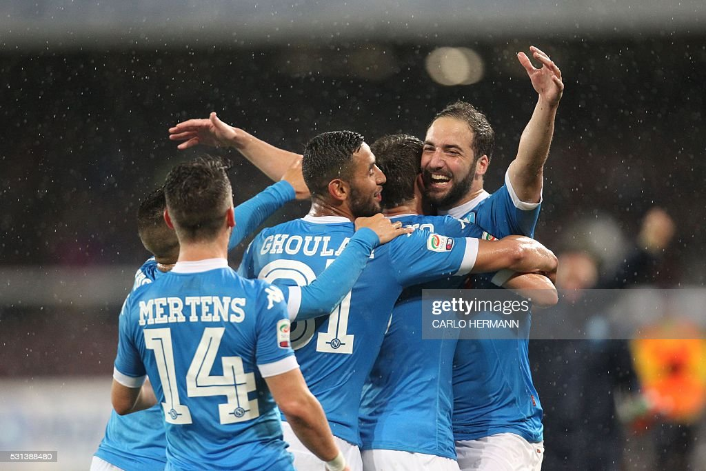 TOPSHOT - Napoli's Argentinian-French forward Gonzalo Higuain celebrates after scoring his 36th goal in the season during the Italian Serie A football match SSC Napoli vs Frosinone Calcio on May 14 2016 at the San Paolo stadium in Naples. Higuain breaks the italian record of 35 scores estabilished in 1949-50 season by Ac Milan's Swedish forward Gunnar Nordahl. / AFP / CARLO