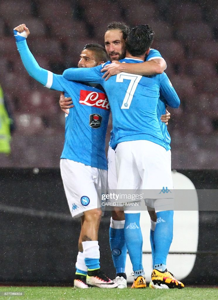 Napoli's Argentinian-French forward Gonzalo Higuain (C) celebrates with teammates after scoring during the Italian Serie A football match between SSC Napoli and Atalanta BC at San Paolo Stadium in Naples on May 2, 2016. / AFP / CARLO