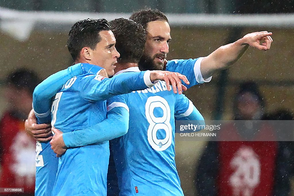 Napoli's Argentinian-French forward Gonzalo Higuain (R) celebrates with teammate Napoli's Spanish forward Jose Maria Callejon after scoring during the Italian Serie A football match between SSC Napoli and Atalanta BC at San Paolo Stadium in Naples on May 2, 2016. / AFP / CARLO