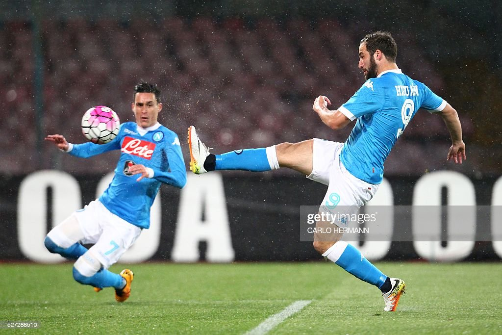 Napoli's Argentinian-French forward Gonzalo Higuain (R) kicks to score near his teammate Napoli's Spanish forward Jose Maria Callejon during the Italian Serie A football match between SSC Napoli and Atalanta BC at San Paolo Stadium in Naples on May 2, 2016. / AFP / CARLO
