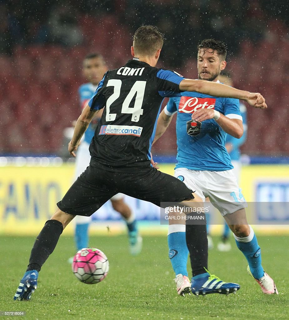 Napoli's Belgian forward Dries Mertens fights for the ball with Atalanta's Italian defender Andrea Conti (L) during the Italian Serie A football match between SSC Napoli and Atalanta BC at San Paolo stadium in Naples on May 2, 2016. / AFP / CARLO