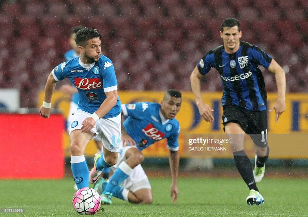 Napoli's Belgian forward Dries Mertens (L) runs with the ball next to Atalanta's Swiss midfielder Remo Freuler during the Italian Serie A football match between SSC Napoli and Atalanta BC at San Paolo stadium in Naples on May 2, 2016. / AFP / CARLO