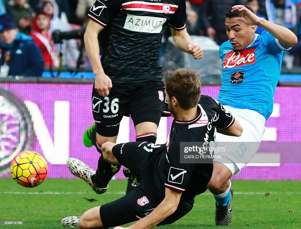 Napoli's Brazilian midfielder Allan (R) vies with Carpi's Italian defender Simone Romagnoli during the Italian Serie A football match SSC Napoli vs Carpi FC on February 7, 2016 at the San Paolo stadium in Naples. / AFP / CARLO HERMANN