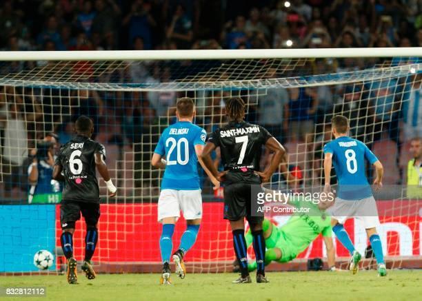 Napoli's Brazilianborn midfielder Jorginho scores a penalty during the UEFA Champions League Play Off first leg football match SSC Napoli vs OCG Nice...