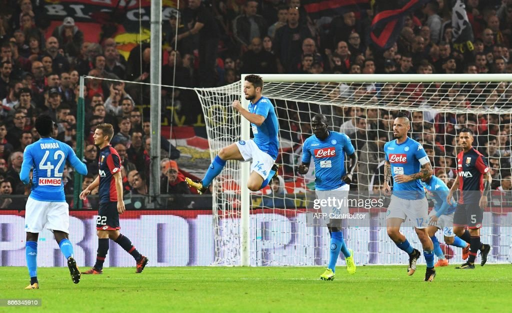 Napoli's forward from Belgium Dries Mertens (C) celebrates after scoring during the Italian Serie A football match Genoa vs Napoli on October 25, 2017 at the Ferraris stadium in Genova. / AFP PHOTO / Vincenzo PINTO